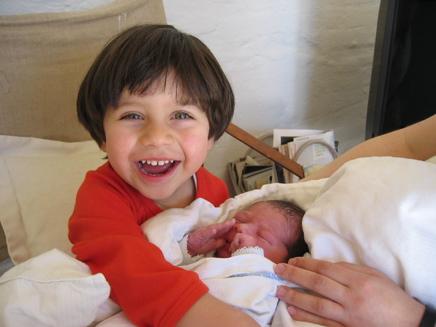 À peine six heures ... et dans les bras de son frère. 20-03-07